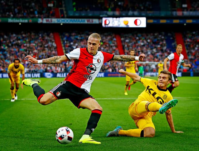 Rick Karsdorp in actie voor Feyenoord tegen Roda JC.