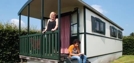 Onder de Pannen: Bianca en haar zoon komen helemaal tot rust in een Rielse pipowagen
