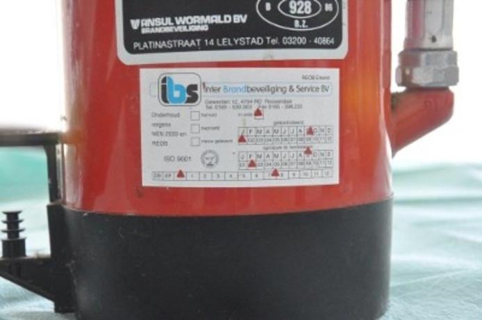 Etiket van de poederblusser waar vijf voertuigen mee bespoten zijn.