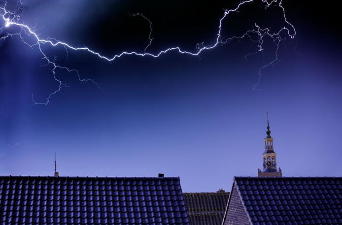 Zevenbergen, bliksem boven het centrum.,met rechts de toren van de Catharinakerk.