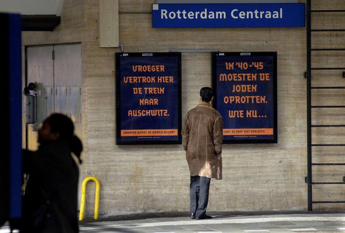 In 2005 maakte de NS excuses voor de jodentransporten. Als onderdeel voerde het deze campagne op stations, samen met het Centraal Joods Overleg.