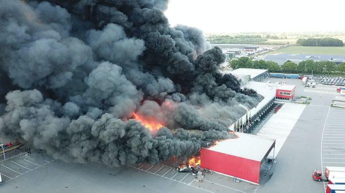 In een bedrijfspand van Van der Heijden Transport aan de Diamantweg in Hapert woedt vrijdagmiddag een zeer grote brand. De brand leek snel onder controle, maar laaide net voor 15.00 uur weer op. Er was enige tijd sprake van ontploffingsgevaar vanwege opgeslagen explosieve stoffen.