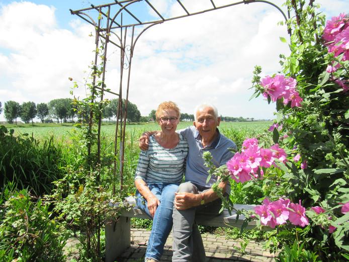Els en haar man Gijs Kraak in hun tuin in het buurtschap Vuurbaken.