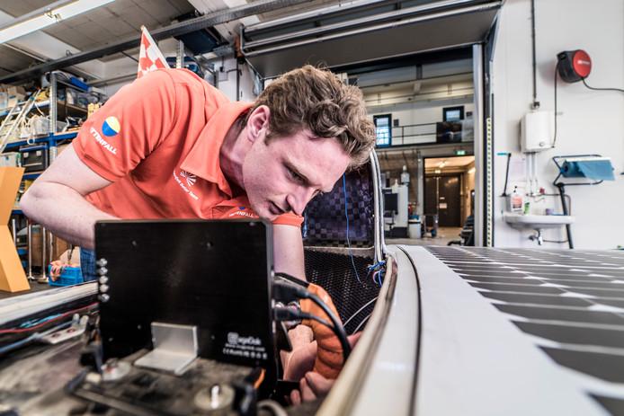 Solar team TU Delft -Tom Salden aan het werk