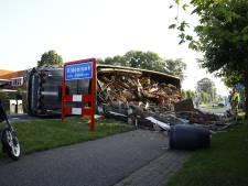 Vrachtauto kantelt op Zuiderzeestraatweg