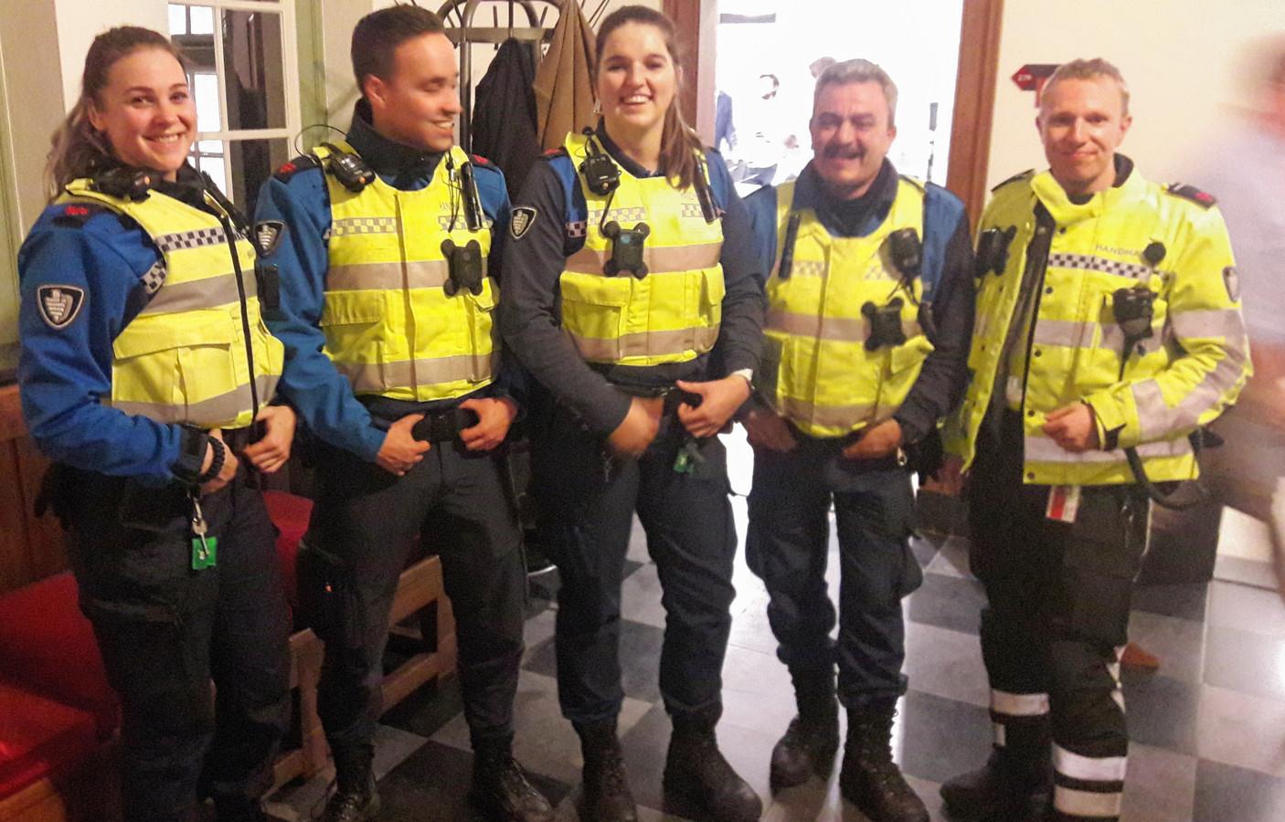 Boa's op bezoek bij de gemeenteraad van Breda, waar wordt gepraat over hun bewapening.