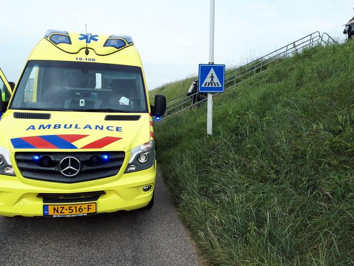De duiker kon per ambulance naar het ziekenhuis vervoerd worden.