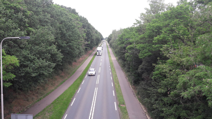 Het spoorgat van Rhenen met de N233 die door de stad heenloopt.