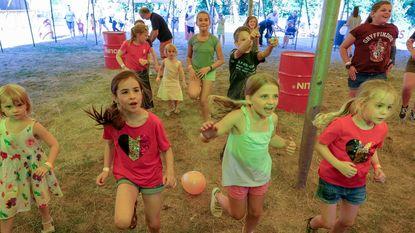 Kinderen fuiven mee op Bosfeesten