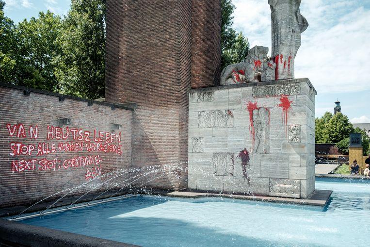Het Monument Nederlands-Indië is beklad met de leus 'Van Heutsz leeft! Stop alle vormen van racisme! Next stop: Coentunnel #BLM'. Beeld Jakob van Vliet