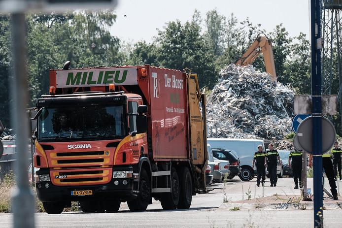 Politie struint over het terrein van afvalverwerker Ter Horst in Varsseveld waar diverse instanties donderdagochtend een grootscheepse controle houden.