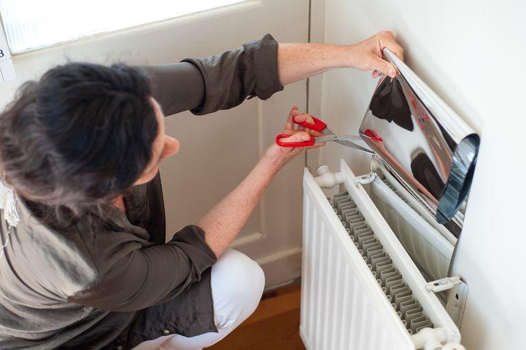 Met het plakken van radiatorfolie bespaar je zo'n 10 kubieke meter gas per vierkante meter aangebrachte folie. Beeld
