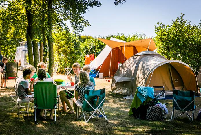 Vakantiegangers op camping De Duinhoeve. Door het mooie weer in Nederland kozen lastminuteboekers eerder voor een vakantie in eigen land.