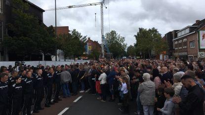 Duizendtal mensen stapt op in stille mars voor overleden brandweermannen