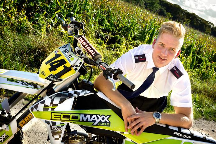 Job van Laarhoven met zijn crossmotor. Na een val raakte hij in coma, waar hij na behandeling in Tilburg wonderbaarlijk van herstelde. Nu volgt hij een opleiding tot beveiliger.