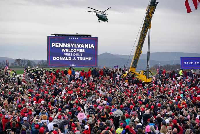 Marine One met Trump erin landt in Martinsburg, Pennsyvania, waar een uitzinnig publiek de president al staat op te wachten.