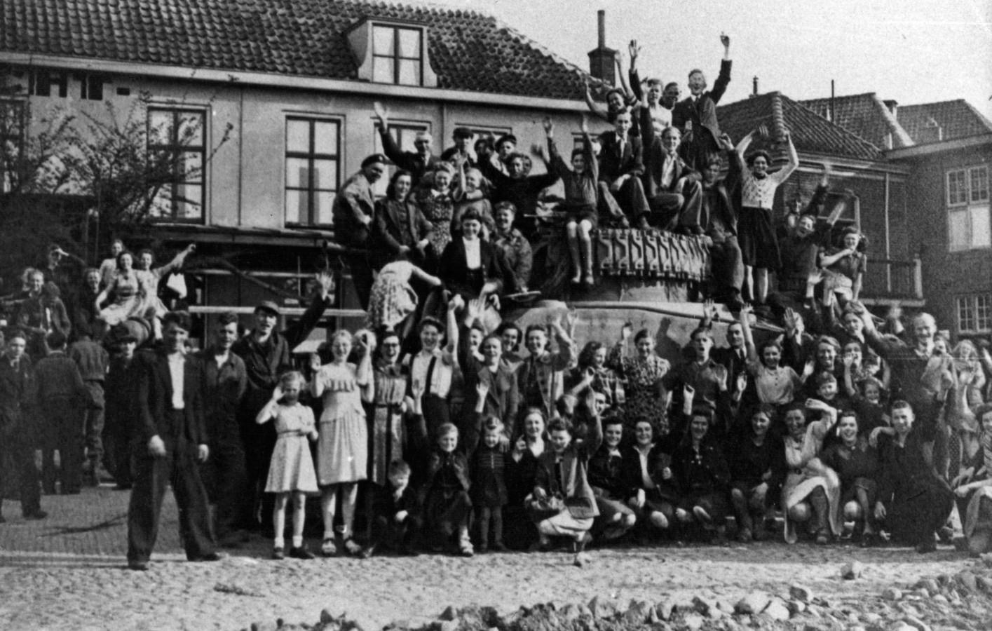 Uitzinnige vreugde na de bevrijding in Harderwijk.