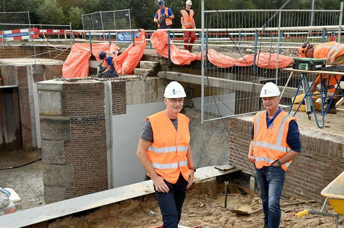 Projectleider Henk Brink (links) en peilbeheerder Freddy Reinders bij de stuw in renovatie.