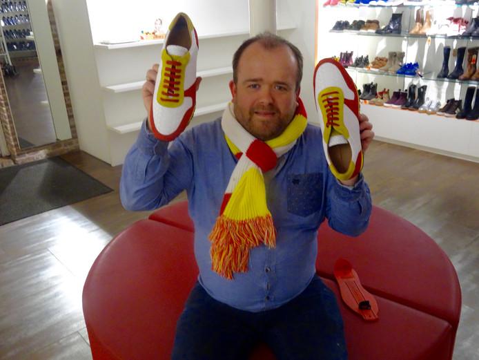 Martijn Smits tioont trots de Oeteldonksneakers