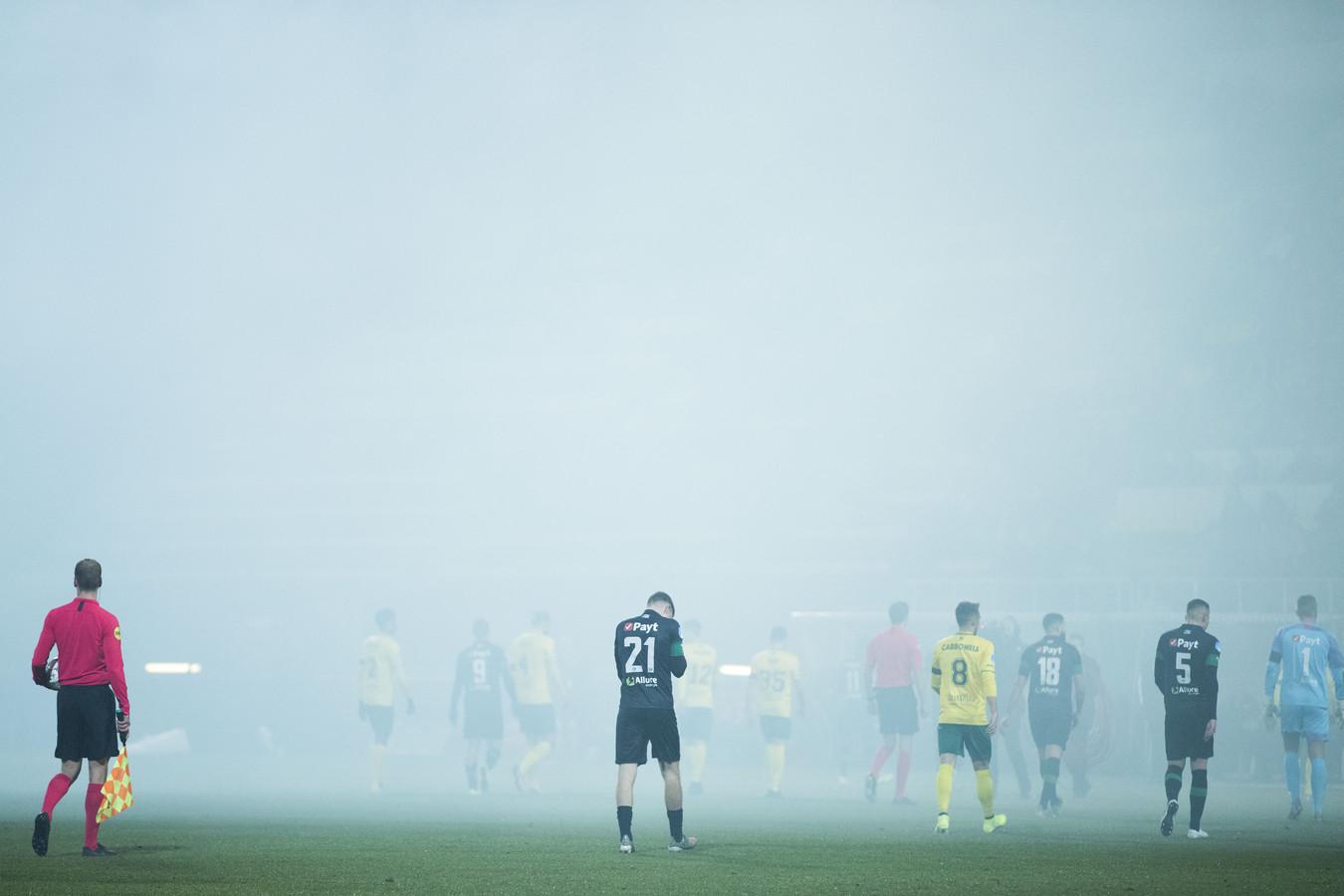 De spelers gingen even van het veld vanwege de vuurwerkrook.