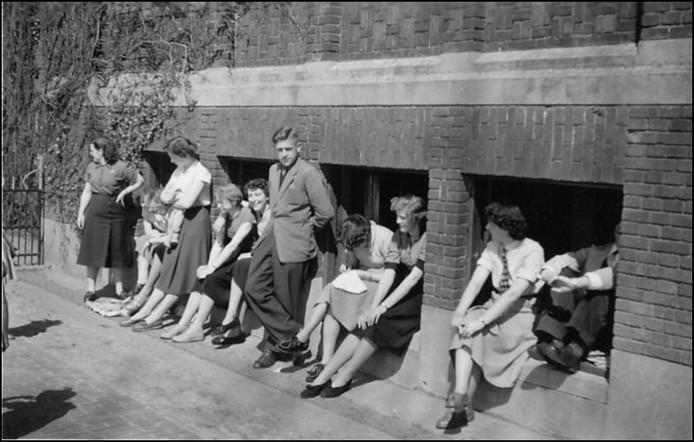 Kantoorpersoneel tijdens de pauze in 1955.