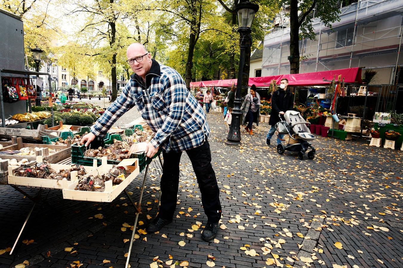 Bloemenverkoper John Zutekouw ziet op de bloemenmarkt dat het veel stiller is.