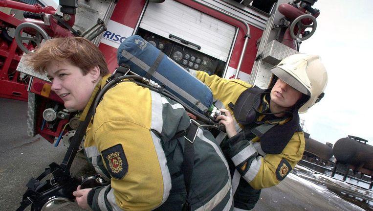 Brandweervrouwen (het tweetal komt niet in het verhaal voor) oefenen op de Maasvlakte in Rotterdam. Beeld ANP