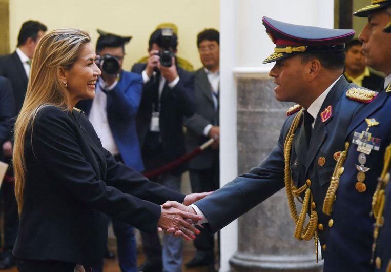 Interim-president Jeanine Áñez bij de benoeming van de nieuwe bevelhebber van het leger, generaal Carlos Orellana. Ze probeert snel het machtsvacuüm op te vullen na het plotselinge vertrek van president Morales. Beeld AFP