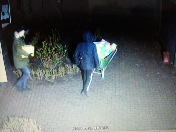 Inbrekers vastgelegd met de bewakingscamera van kinderboerderij Weverkeshof in Nuenen.