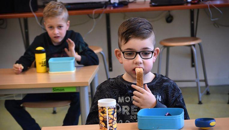 Kinderen lunchen op basisschool 't Talent in Schijndel. 't Talent is overgestapt op een continurooser. Beeld Marcel van den Bergh