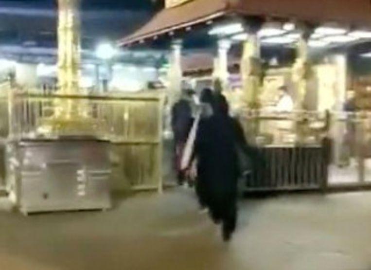 Beeld van de twee vrouwen die de tempel betreden.  Beeld Reuters