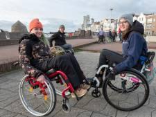Rolstoelstunter uit Vlissingen geeft les op de plek waar hij zelf leerde skateboarden