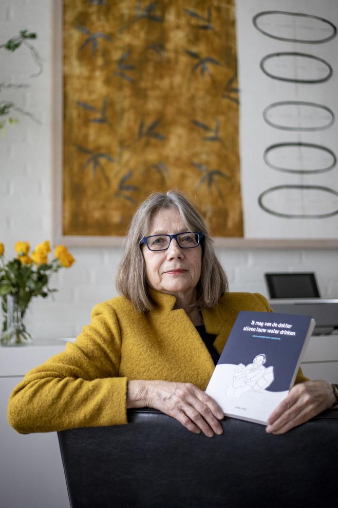 Aafke Kelly wil met haar boek 'Ik mag alleen lauw water van de dokter' een wat positiever beeld scheppen van de ouderenzorg.