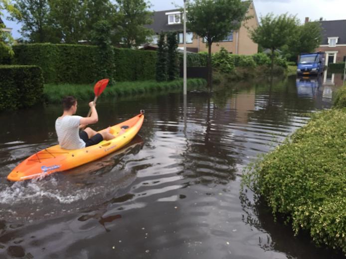 Kayakken door de straten van Someren (lezersfoto).