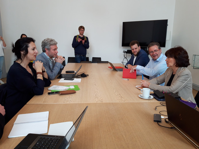 Zakia Khattabi et Alain Maron (Ecolo) discutent avec Laurette Onkelinx et Rudi Vervoort (PS) à Bruxelles