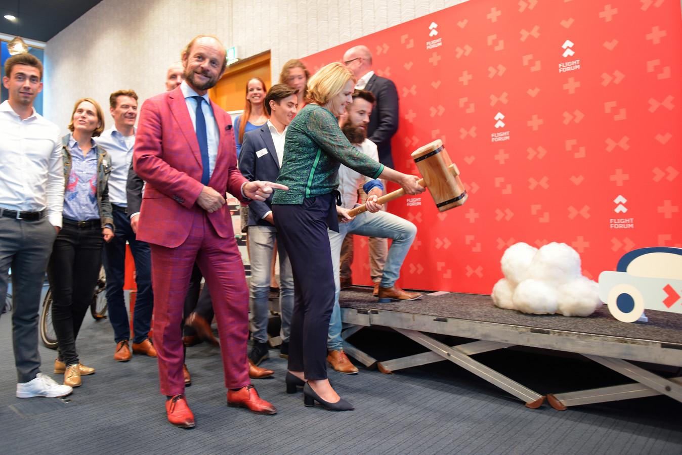 Wethouder Monique List (met hamer) gaf het startsein voor de Low Car Diet-campagne op Flight Forum in Eindhoven. Links naast haar Eduard Schaepman, rechts Aral Voskamp.