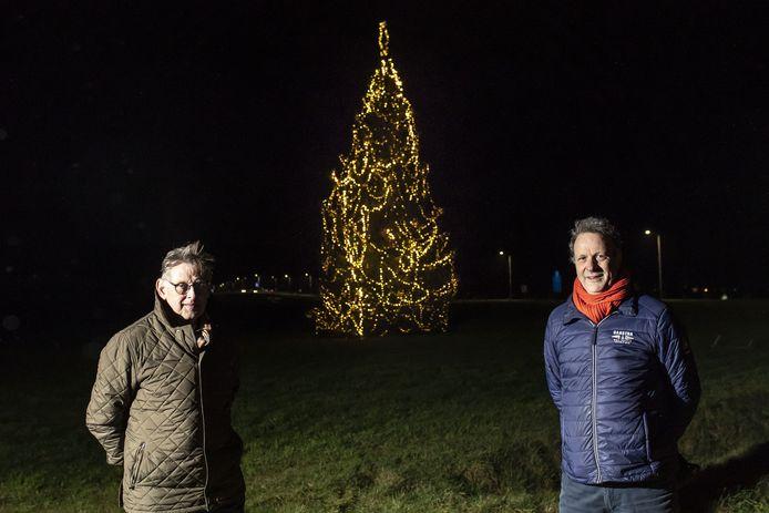 Marcel Lamers (rechts) en Ben te Grotenhuis bij de verlichte boom.