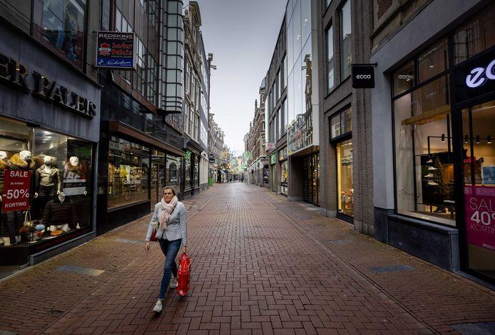 Uitgestorven winkelstraat in het centrum van Amsterdam.
