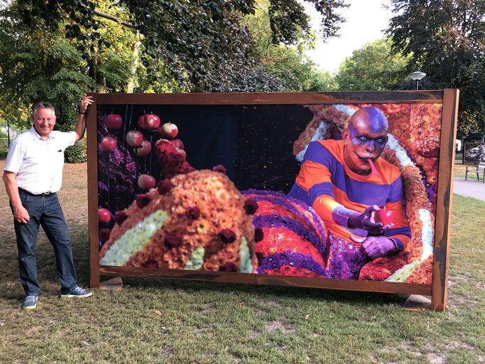 Jos Caeyers en zijn tentoongestelde foto van de Bloemencorso 2017 in het Van Bestpark