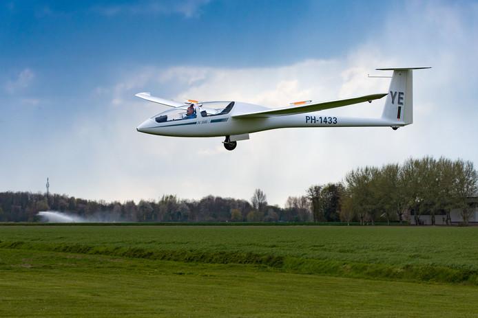 Een zweefvliegtuig landt op de baan van ZC Flevo in Biddinghuizen.