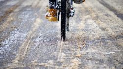 Zo fiets je veilig over de besneeuwde wegen zonder onderuit te gaan