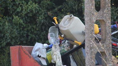 Jerrycans met gevaarlijk product gedumpt langs de weg