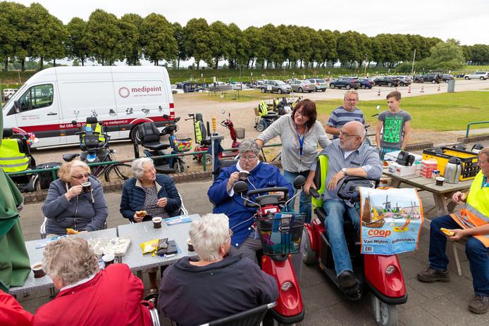 Koffiepauze bij de jachthaven in Waalwijk.
