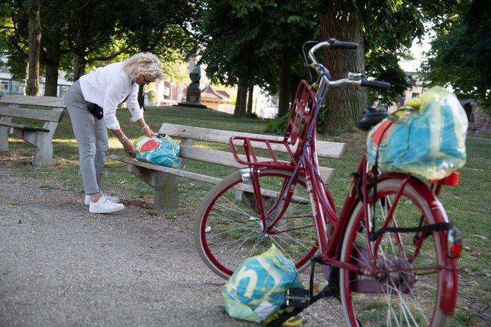 Herma zet een tas op een bankje in het Hunnerpark.