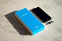 In de doos vind je alleen de smartphone en een schroevendraaier.
