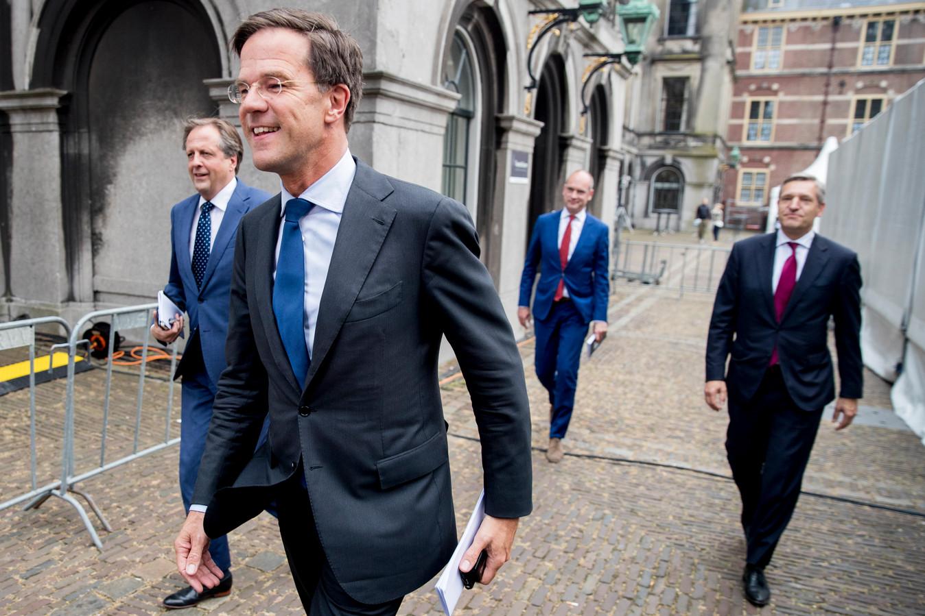 Mark Rutte (VVD, midden op foto), Sybrand van Haersma Buma (CDA, rechts), Alexander Pechtold (D66, links) en Gert-Jan Segers (CU) op het Binnenhof in Den Haag