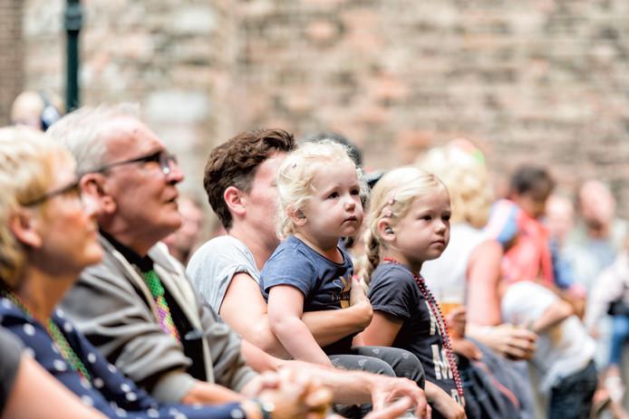 Jong en oud kwam naar het festival toe.