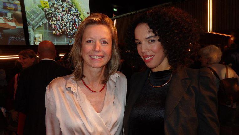 Wethouder Kajsa Ollongren (l) en columnist Harriët Duurvoort, die in haar 'Staat van de creatieve stad' de bi-culturele voorhoede oproept tot maatschappelijke betrokkenheid Beeld Schuim