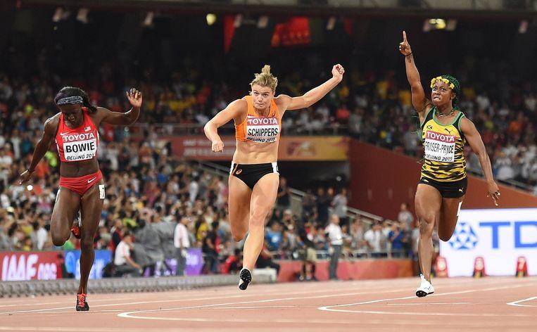 Shelly-Ann Fraser-Pryce (Jamaica) viert haar overwinning op Dafne Schippers (Nederland) en Tori Bowie (Verenigde Staten). Beeld anp