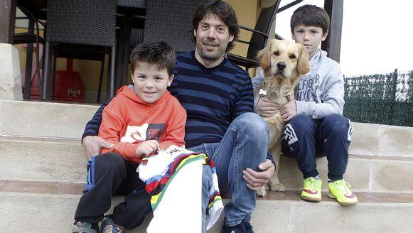 Oscar Freire met kroost, hond én regenboogtrui.